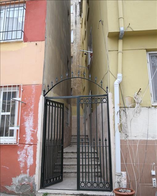 Türbe apartmanların boşluğunda kaldı