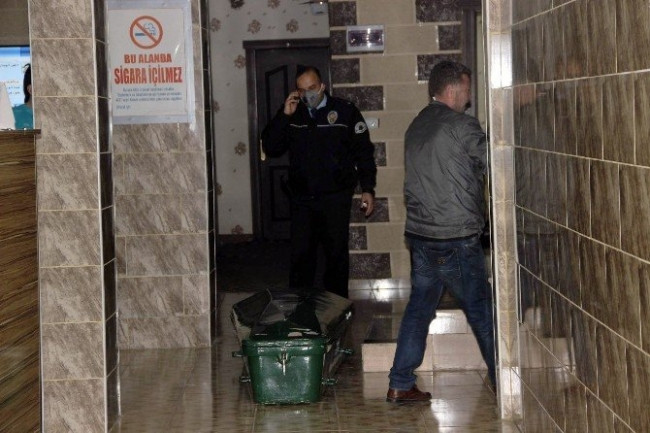 Otel odasındaki 4 günlük ceset güçlükle çıkartıldı