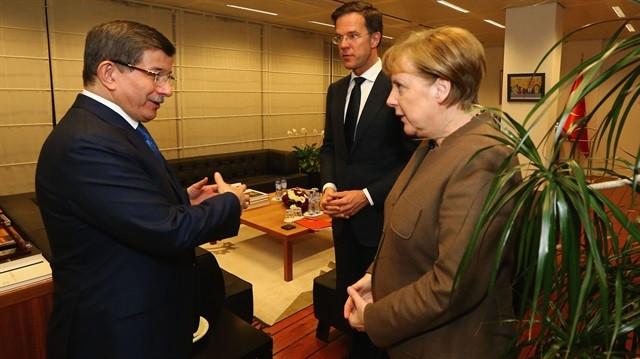 Davutoğlu, Merkel ve Rutte görüşmesinde pide ısmarlandı !