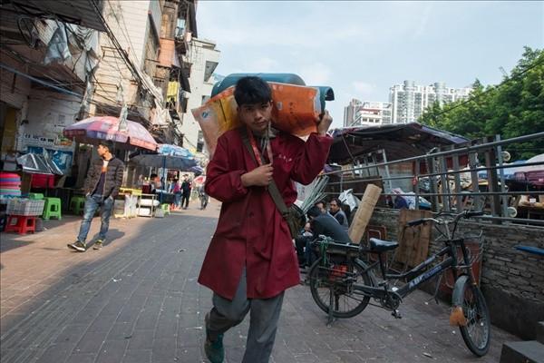 Çin'in iki farklı yüzü.. Bir de arka sokaklarını görün