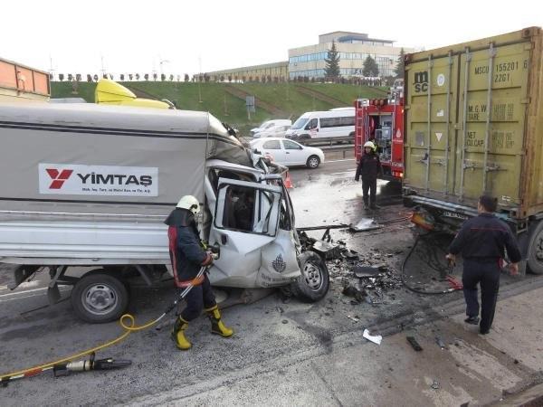 TEM'de belediyenin kamyoneti TIR'a çarptı: 2 ölü