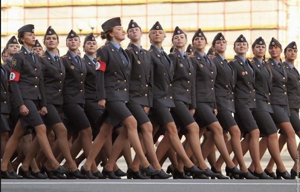 Rus kadın askerler çok iyi eğitiliyor