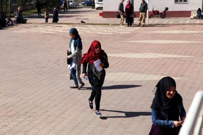 YGS'ye giren öğrenciler heyecandan yerlerinde duramadı!