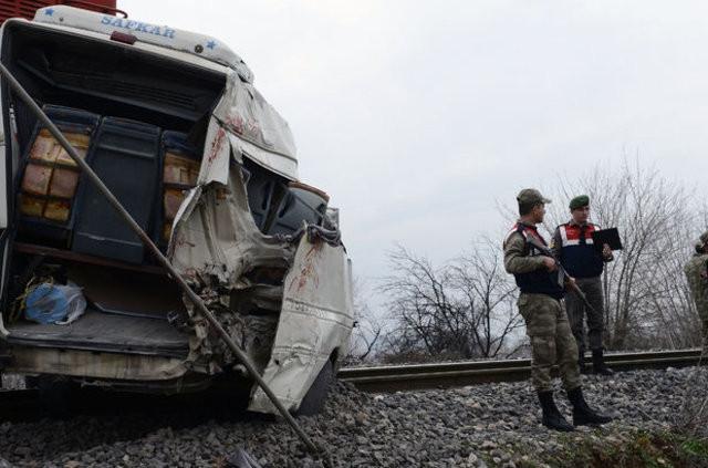 Öğrenci servisine tren çarptı: 1 ölü 16 yaralı