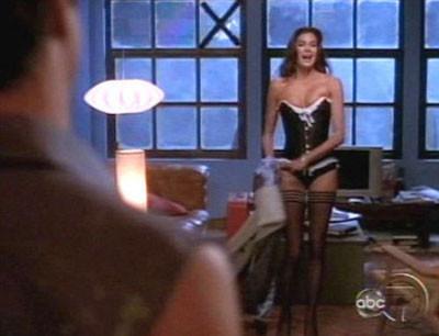 Teri Hatcher TVde striptiz yaptı
