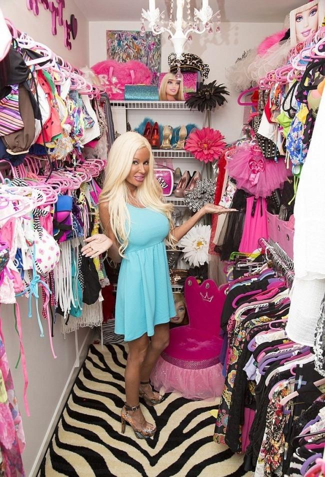 Barbie'ye benzemek için servet harcadı