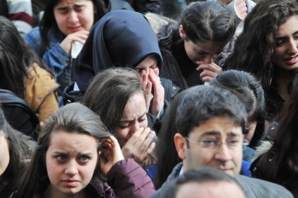 Tabutuna öğrencileri omuz verdi