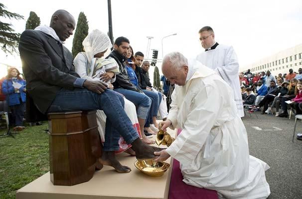 Papa sığınmacıların ayaklarını yıkayıp, öptü