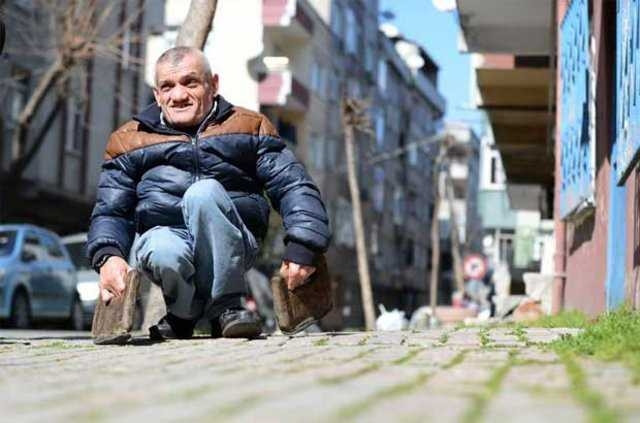 47 yıldır ellerine taktığı tahtalarla yürüyen Cafer Mercan akülü araç is