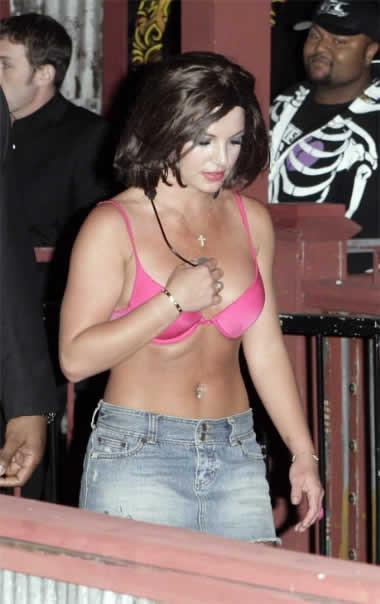 Britney sokağa sutyenle çıktı..