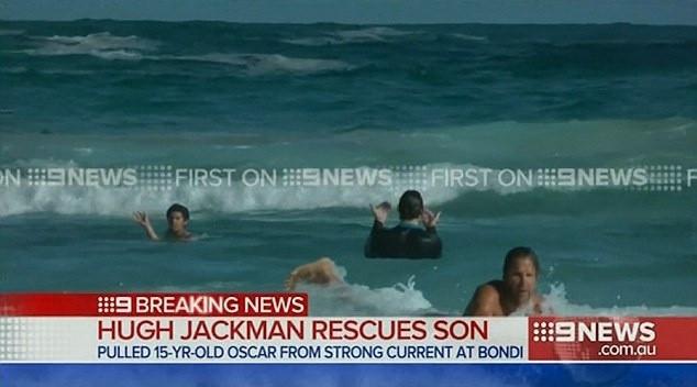 Oğlunu boğulmaktan kurtardı