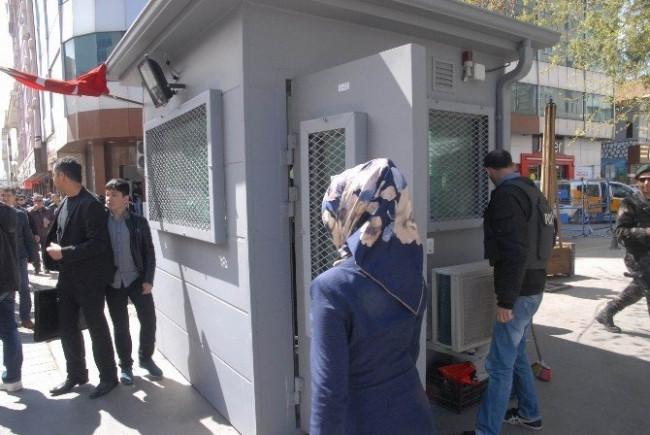 Sur'un dört bir yanına zırhlı güvenlik kulübesi yerleştirildi
