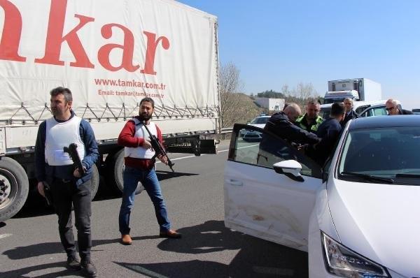 TEM'de ters yönde giden sürücü vatandaş barikatıyla yakalandı