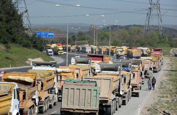 TEM'de 500 hafriyat kamyonu yolu kapattı