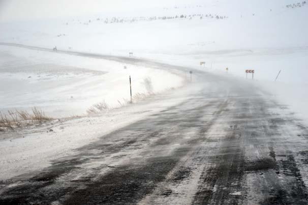 Doğu'da kar yağışı fena bastırdı !