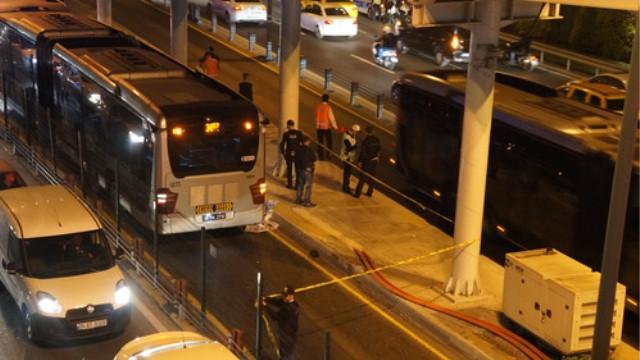 Zabıtadan kaçarken metrobüsün altında kaldı