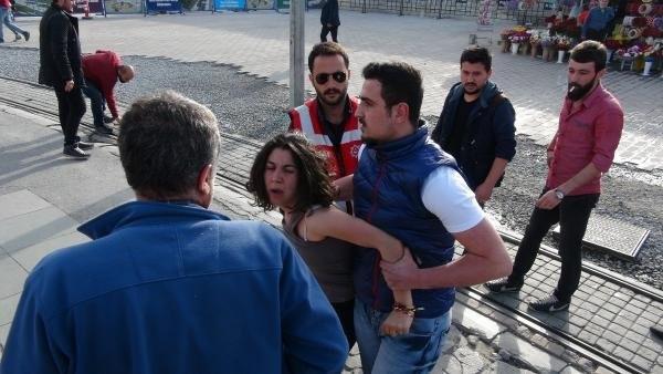 Taksim'de bıçaklı genç kız gerginliği