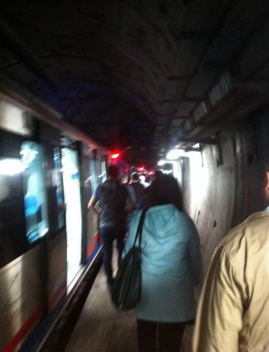Marmaray'da tren raydan çıktı, seferler durdu