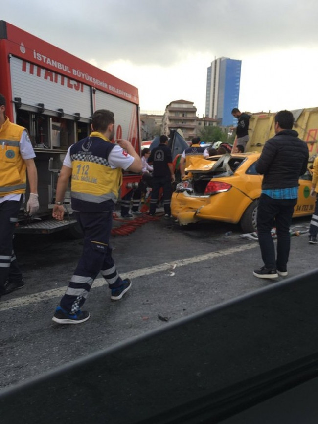 İstanbul'da feci kaza: 13 araç birbirine girdi
