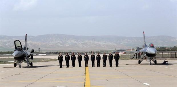 Solotürk 5'nci yaş gününde şehitler için uçtu