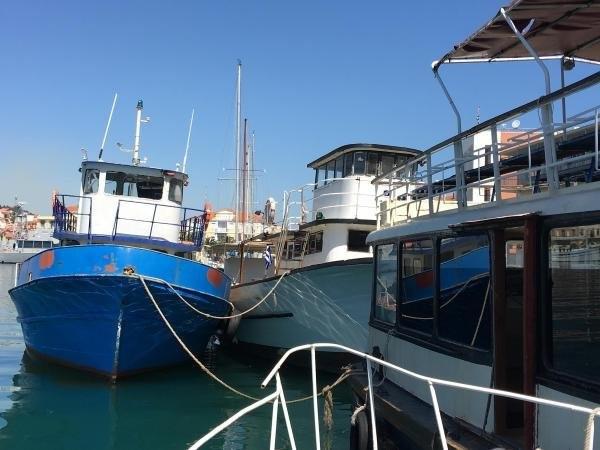 Midilli'de kaçaklardan kalan lüks yat ve tekneler çürüyor