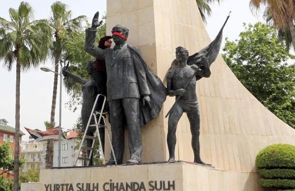 Atatürk Anıtı'nın gözlerini kırmızı kuşakla bağladı