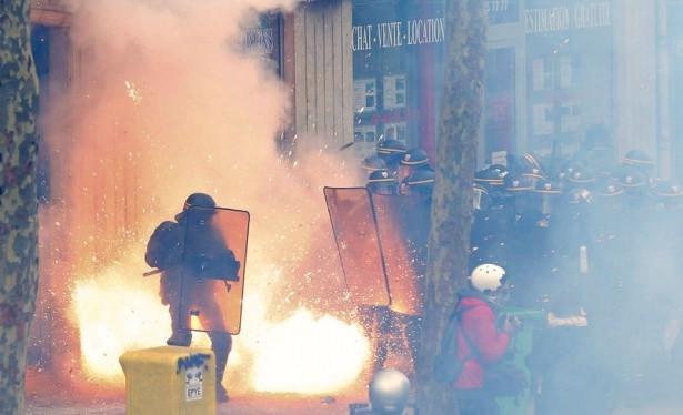 Fransa karıştı ! 500 bin kişi sokaklarda...