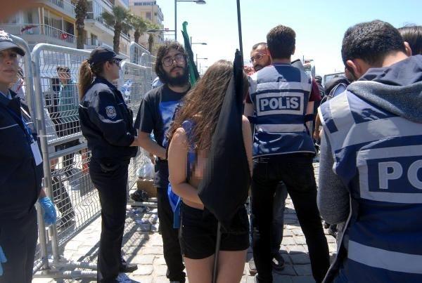 İzmir'de arama noktasından çıplak geçtiler