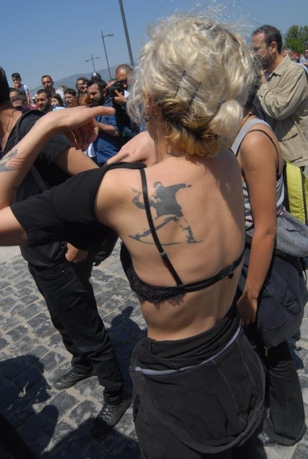 İzmir'de soyunarak eylem yapan gruba işlem başlatıldı