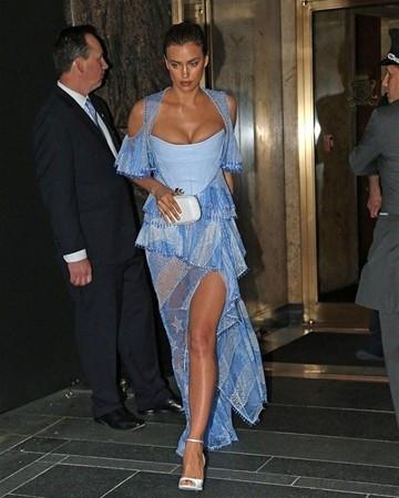 Göğüsleri elbiseye sığmayınca...