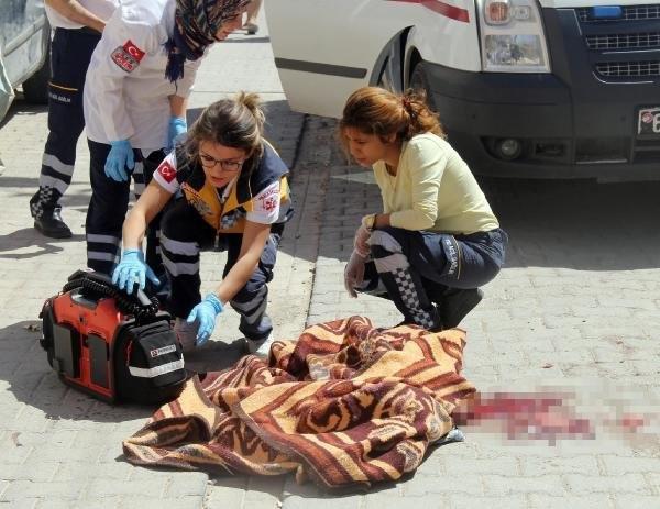 Kamyonetin altında kalan çocuk öldü, yakınları aracı taşladı
