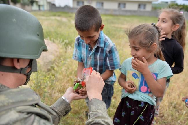 PKK kesti Mehmetçik dağıttı !