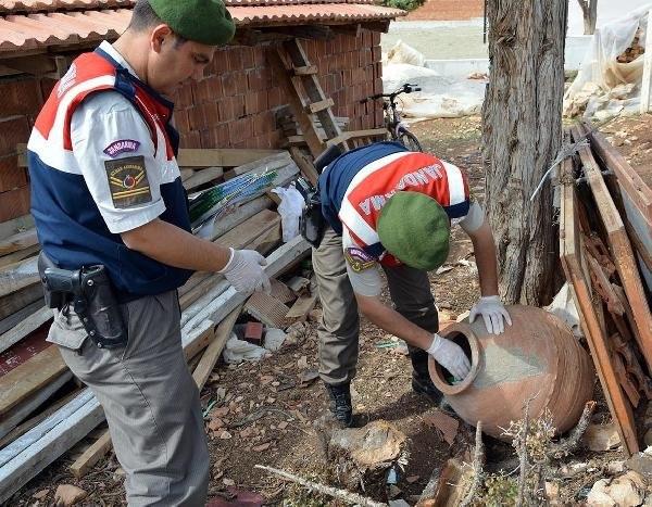 Antalya'da ihbara giden polis hazine buldu