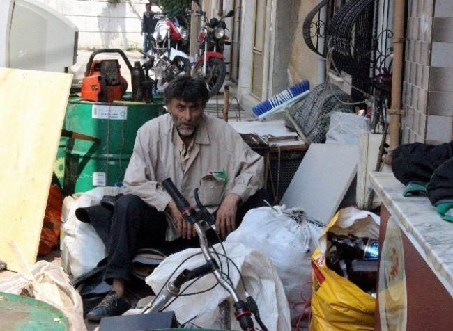 Çöplerini vermemek için işçilere para saçtı