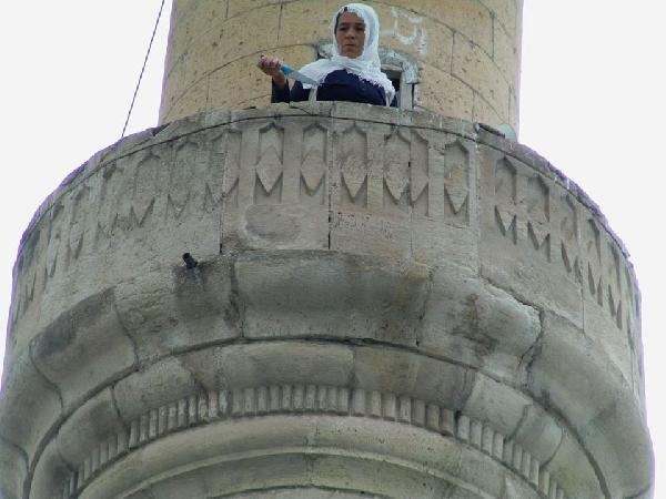 Bıçakla minareye çıkan kadın intihara kalkıştı