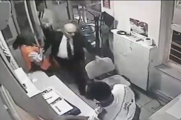 Erdoğan Bayraktar'tan güvenlik görevlisine dayak