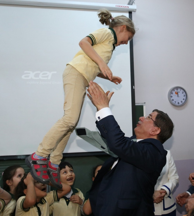 Davutoğlu'nun okul ziyaretinde ilginç an!