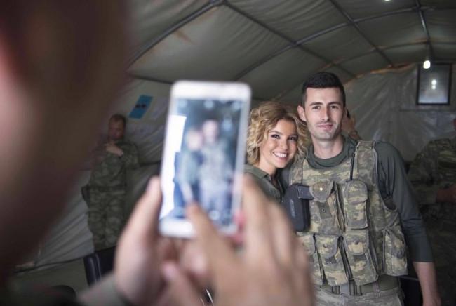 Gülben Ergen'den askere moral ziyareti