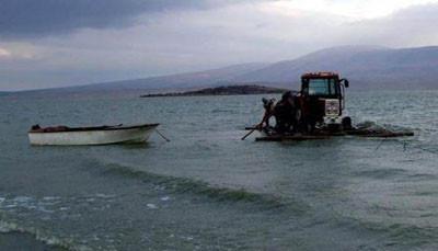 Traktörü suda yürüttüler