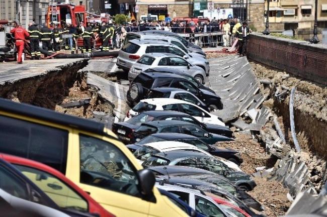 İtalya'da yol çöktü: 20 araç çukura düştü