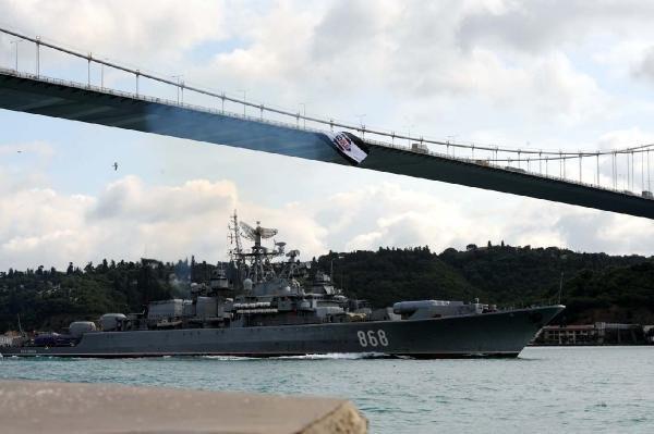 Rus gemisi İstanbul Boğazı'ndan geçti ! Güverteye dikkat