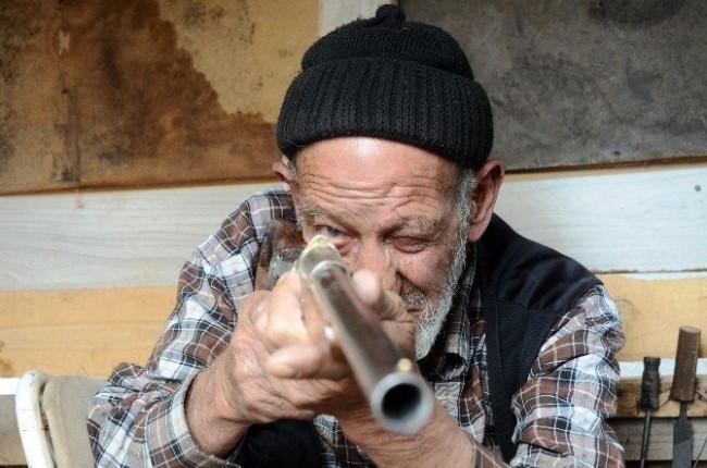 86 yaşında silah üretiyor !