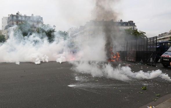 Fransa'da halk yine ayaklandı !