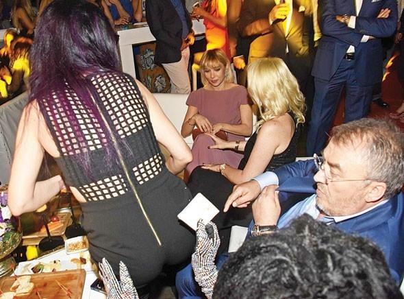 Bülent Ersoy, Hande Yener'in kalçasını elledi