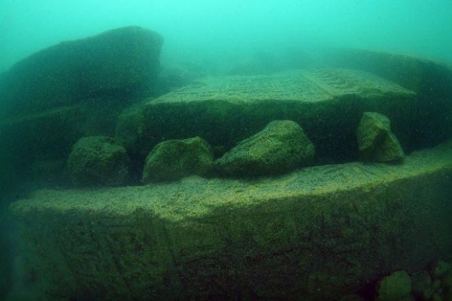 Tarihi mezar taşlarından iskele yapmışlar !