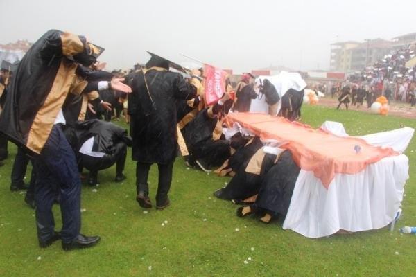 Üniversiteliler, Mezuniyet Törenine Doluya Yakalandı