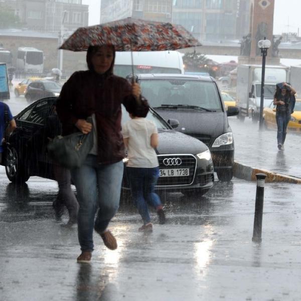 İstanbulluları şaşırtan sağnak yağış!