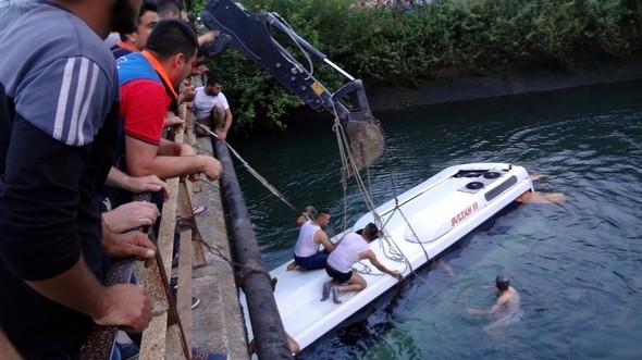 Öğrenci otobüsü sulama kanalına devrildi: Ölüler var