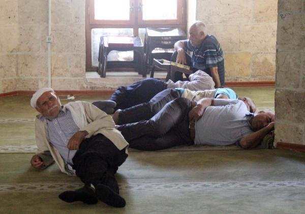 Şanlıurfa'da camilerde 'Ramazan uykusu'