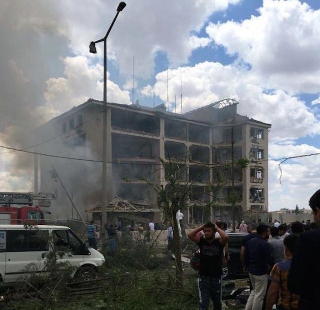 Emniyet Müdürlüğü'ne bomba yüklü araçla saldırdılar